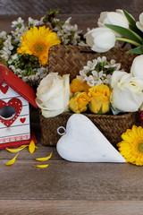 Dekoration mit Herz und Blumen