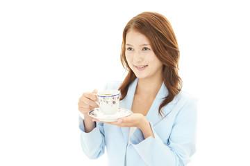 コーヒーを飲む笑顔のOL