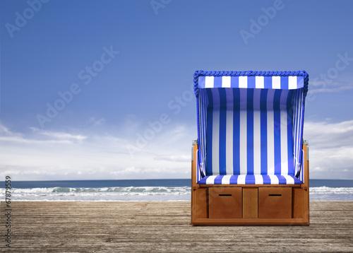 blauer strandkorb am meer 67879559. Black Bedroom Furniture Sets. Home Design Ideas
