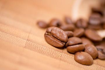 Kaffeebohnen auf einem Holzbrett