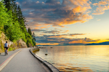 Sunset over The Seawall of Vancouver with cyclist in motion Fototapete