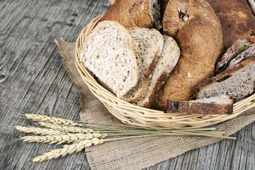 Cesto di pane su legno vintage