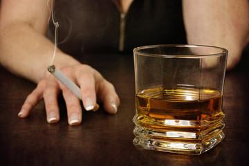 Poster de jardin Bar femme buvant alcool et fumant