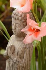 Fototapeten Blumenhändler Boeddha in bamboe tuin met bloemen