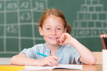 fröhliches kleines mädchen in der schule