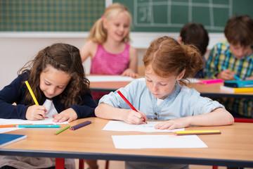 grundschulkinder malen im unterricht