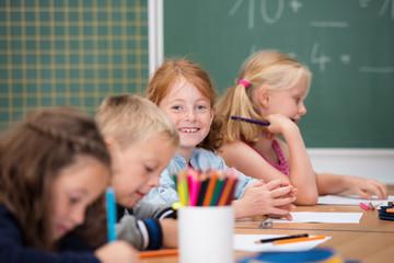 lächelndes mädchen im unterricht