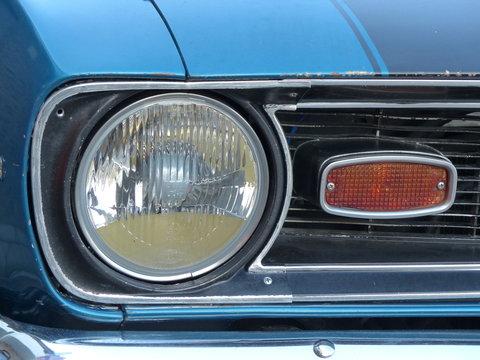 Scheinwerfer eines amerikanischen Muscle Car der Sechzigerjahre und Siebzigerjahre bei den Golden Oldies in Wettenberg Krofdorf-Gleiberg bei Gießen in Hessen