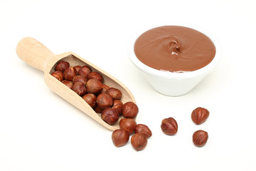 cioccolato con nocciole su sfondo bianco