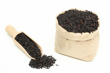 riso nero sfondo bianco