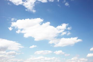 Weisse Wolken am Horizont