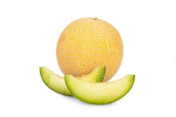 Ganze Galiamelone und Melonenstücke isoliert