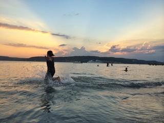 Gün Batımında Yüzme