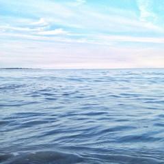 Wasser im Meer vor Himmel