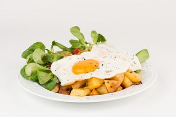 Bratkartoffeln mit Spiegeleiern und Feldsalat