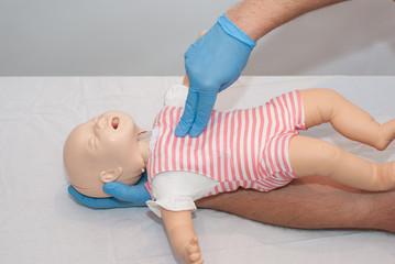Obraz uciski klatki piersiowej dziecka - fototapety do salonu
