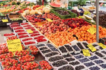 Frisches Obst auf dem Wochenmarkt