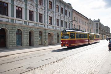 Fototapete - Stary tramwaj jedzie brukowaną ulicą