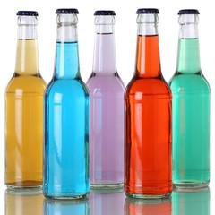 Bunte Getränke in Flaschen mit Spiegelung