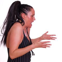 Frau streitet und artikuliert mit Händen