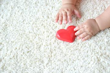 赤ちゃんの手とハートのおもちゃ