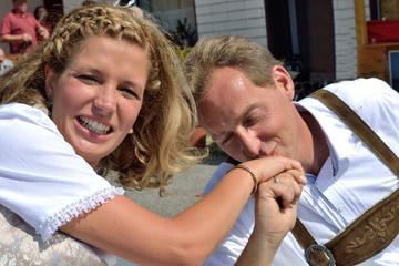 Braeutigam gibt Braut einen Handkuss