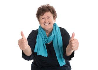 Aktive glückliche ältere Frau isoliert mit Daumen hoch