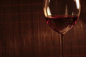 Бокал вина ан темном фоне