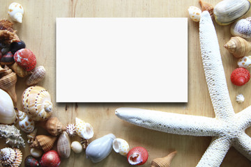 paper note on the wooden background with seashells around