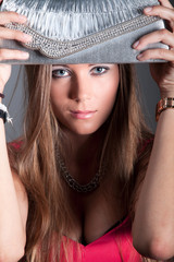 Hübsche junge Frau mit Clutch Tasche posiert cool und sexy