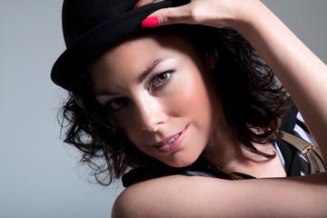 Junge hübsche Frau mit Hut posiert