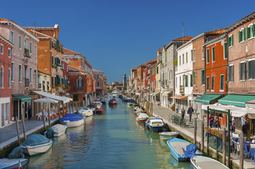 Fototapete - Murano island canal, colorful houses and boats, Italy.