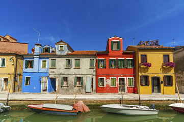 Fototapete - Burano island canal, colorful houses and boats, Italy.