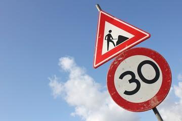 niederländisches Verkehrszeichen: Baustelle/ zulässige Höchstgeschwindigkeit 30 km/h