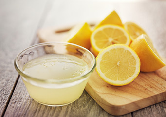 Deurstickers Sap freshly squeezed lemon juice in small bowl