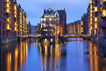 Fototapete - Illuminated house and two brides in Speicherstadt, Hamburg