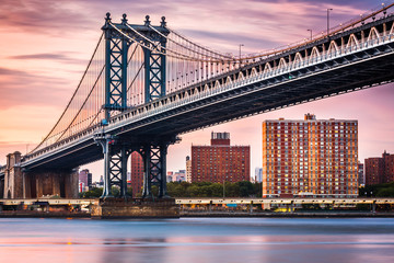 Fotomurales - Manhattan Bridge under a purple sunset