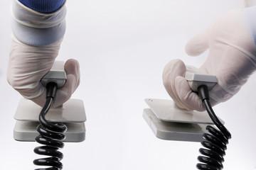 Defibrillator om der Hand eines Arztes