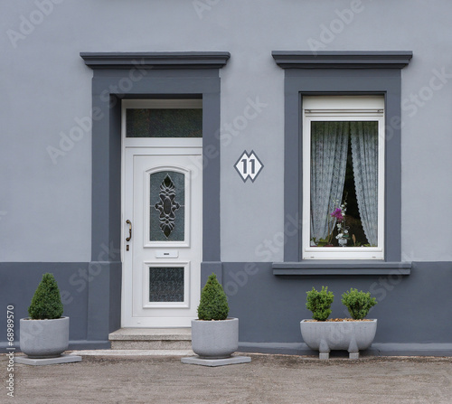 modernisierte fassade in grau stockfotos und lizenzfreie. Black Bedroom Furniture Sets. Home Design Ideas