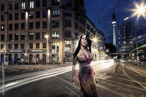 sch ne frau allein in berlin stockfotos und lizenzfreie bilder auf bild 68995921. Black Bedroom Furniture Sets. Home Design Ideas
