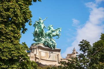 antike Skulptur auf dem Grand Palais in Paris Fototapete