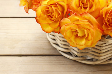 Fototapete - Basket of orange roses