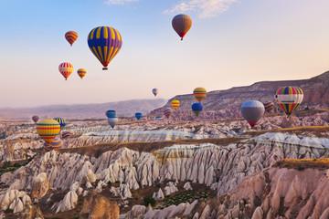 Poster Montgolfière / Dirigeable Hot air balloon flying over Cappadocia Turkey