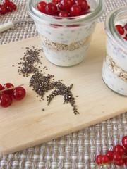Dessert mit Chia-Pudding und roten Johannisbeeren