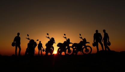 gündoğumu izleyen motorcular