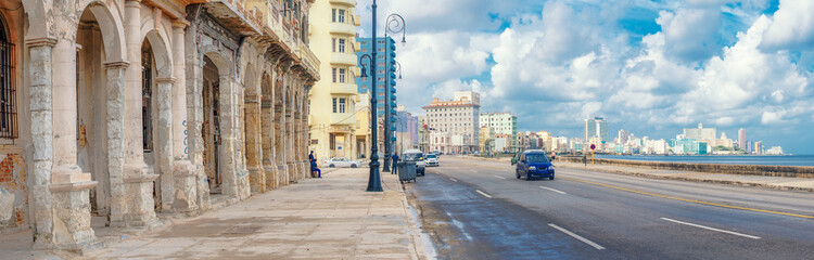Papiers peints La Havane The skyline of Havana along Malecon avenue