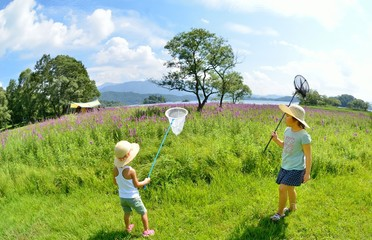 花畑で遊ぶ2人 A