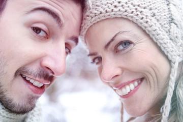 Lächelndes Paar gemeinsam im Winter