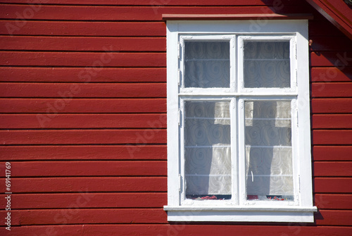 rotes skandinavisches haus fassade und fenster stockfotos und lizenzfreie bilder auf fotolia. Black Bedroom Furniture Sets. Home Design Ideas