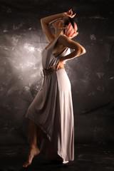 Junge Frau in elegantem Kleid